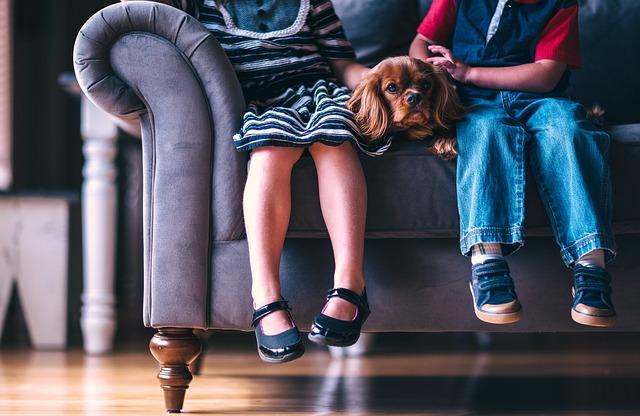 děti se psem na gauči.jpg