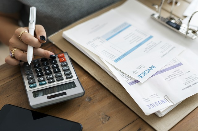 účetní s fakturami